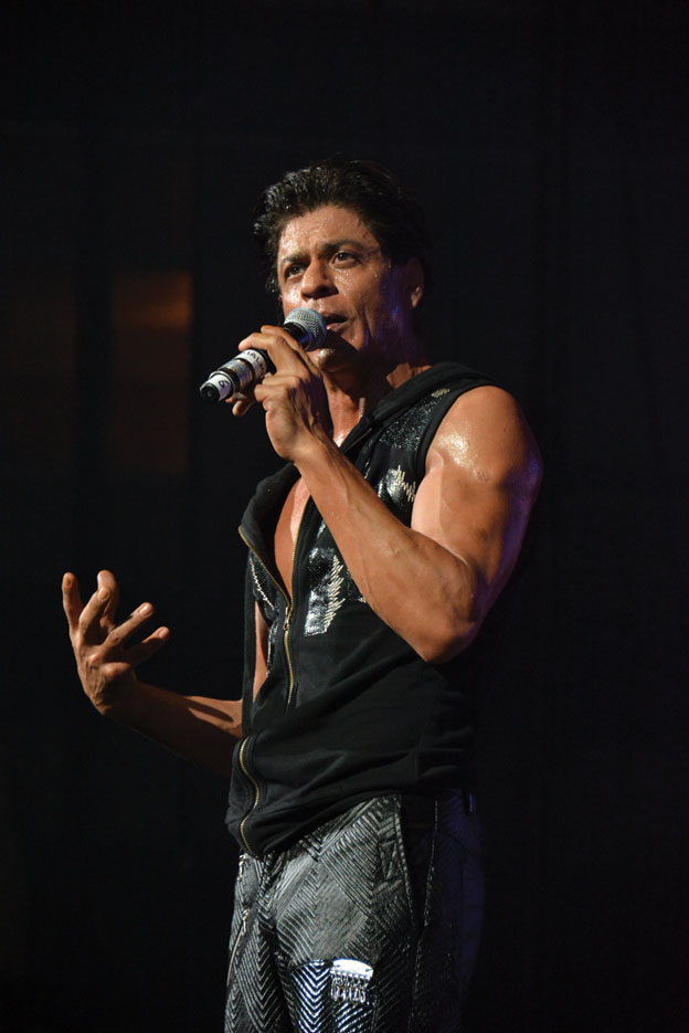 (Above): Shah Rukh Khan talks to the audience at the SLAM show in San Jose, Calif., Sep. 28. [Photo: Amar D. Gupta | Siliconeer]