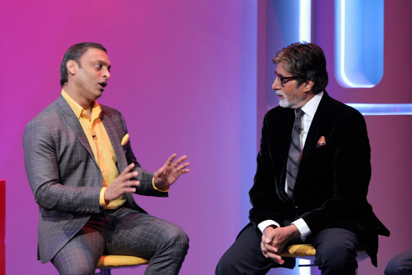 Shoaib Akhtar (l) and Amitabh Bachchan analyzing the India-Pakistan World Cup cricket match in Star Sports Mumbai studio, Feb. 15. (Press Trust of India)
