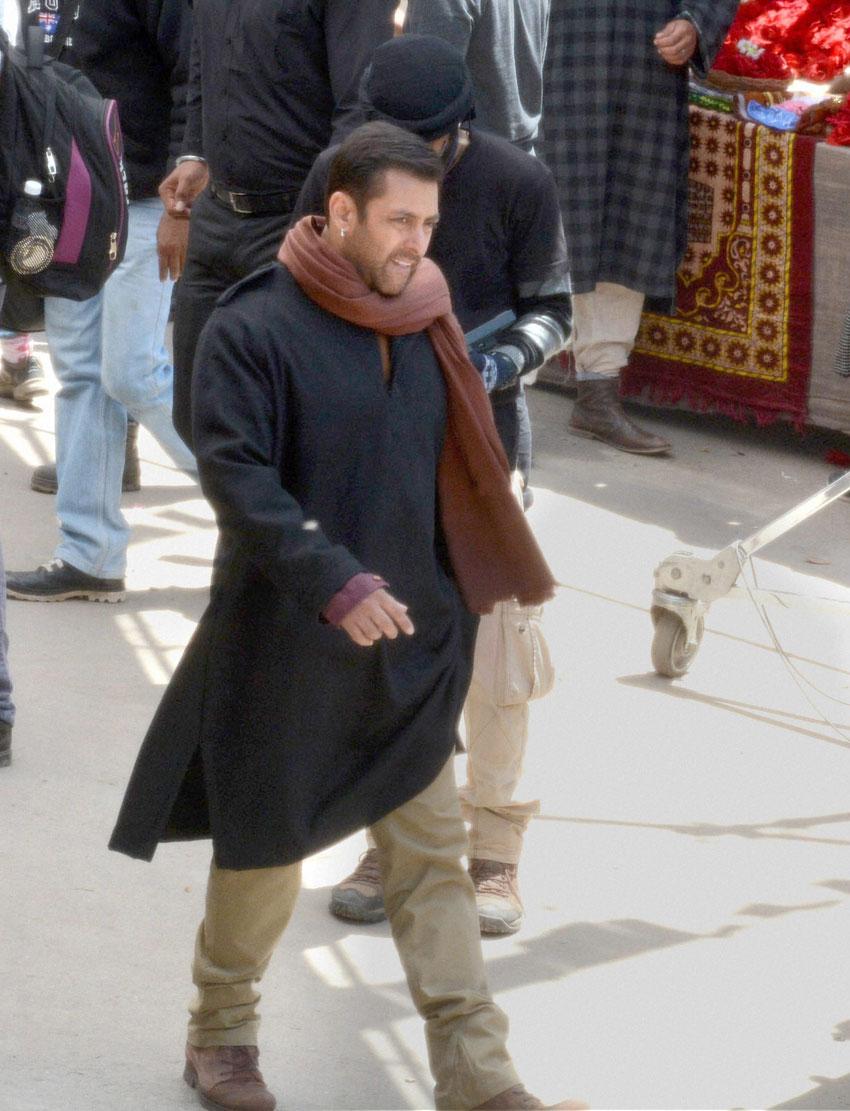 "Salman Khan shooting for his upcoming movie ""Bajrangi Bhaijaan,"" at Aishmuqam in Anantnag District of Jammu and Kashmir, Apr. 23. (Press Trust of India)"