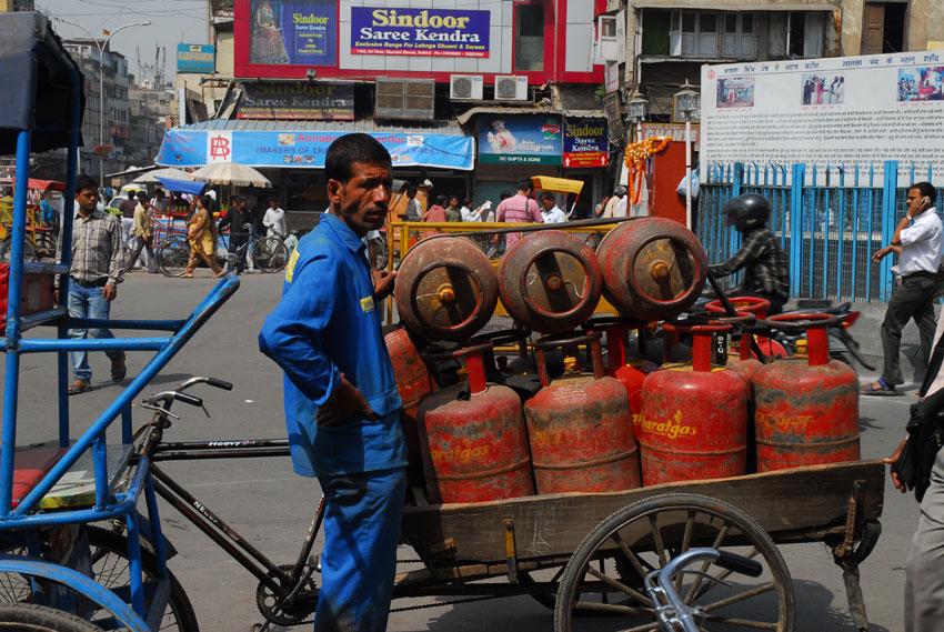 Worker delivering LPG gas cylinders on his cart in a busy lane in Mumbai. (iStock | Getty Images)