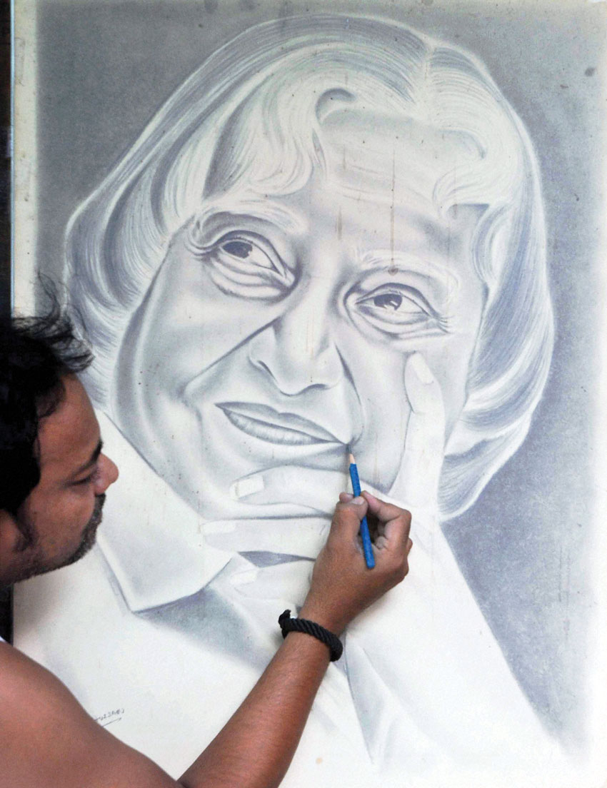 Renowned artist Ramzan Hussain pays tribute to former President A.P.J. Abdul Kalam, in Kolkata, July 28. (Press Trust of India)