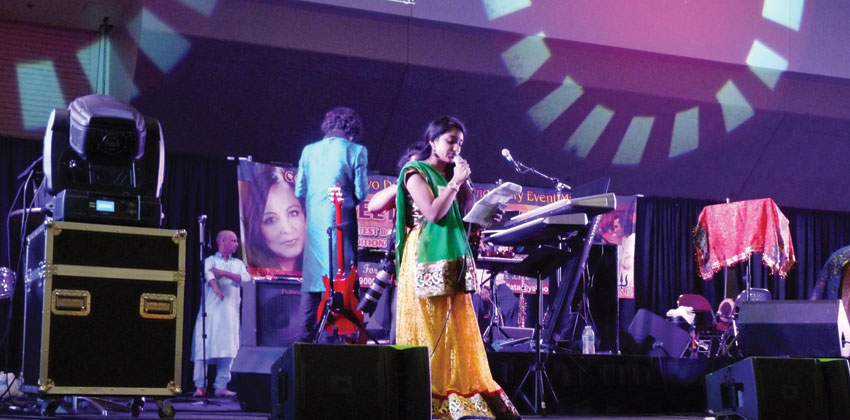 Live stage performance made the dancing all the more special as it was able to modulate the pace of Garba and Dandiya instantaneously, at Sankara Dandia 2015. (Vasudha Badri-Paul | Siliconeer)