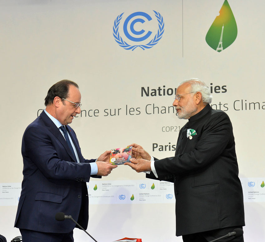 Prime Minister Narendra Modi and French President Francois Hollande at the launch of International Solar Alliance, during the COP21 Summit, in Paris, France on Nov. 30, as PM Modi releases Ricky Kej's new music album. (Press Information Bureau)