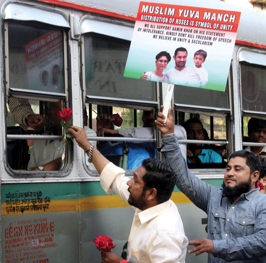 Nationalist Yuvak Congress and Muslim Yuva Manch and other secular organization distributing roses in support of Aamir Khan to spread the message of unity at Bhendi Bazar, in Mumbai, Nov. 27. (Press Trust of India)