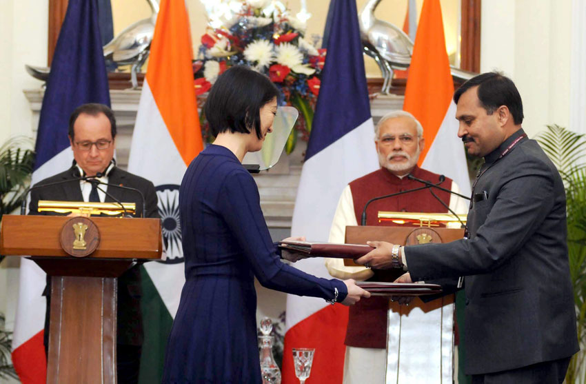 Prime Minister Narendra Modi with French President Francois Hollande at the exchange of mutual agreements between India and France, in New Delhi, Jan. 25. (Press Trust of India)