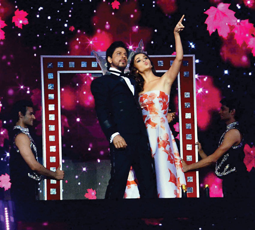 Shah Rukh Khan and Alia Bhatt perform during the 'Filmfare Awards' in Mumbai. (Press Trust of India)