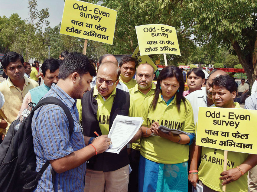 BJP MP Vijay Goel along with Lok Abhiyaan volunteers doing survey on odd-even scheme fail-pass at Rajiv Chowk Metro Station in New Delhi, April 26. (Press Trust of India)