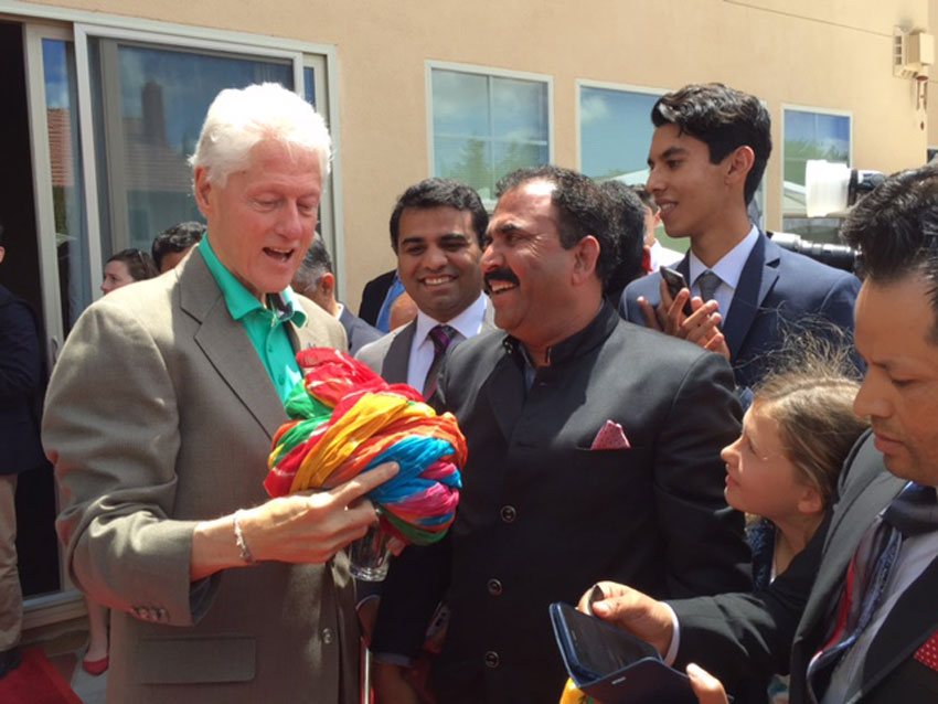 "Raj Nathwat presenting a Rajasthani ""Safa"" or turban to former President Bill Clinton, in Fremont, Calif., May 24. Clinton liked it and talked about his trip to Jaipur and Rajasthan. (Courtesy: Raj Nathwat)"