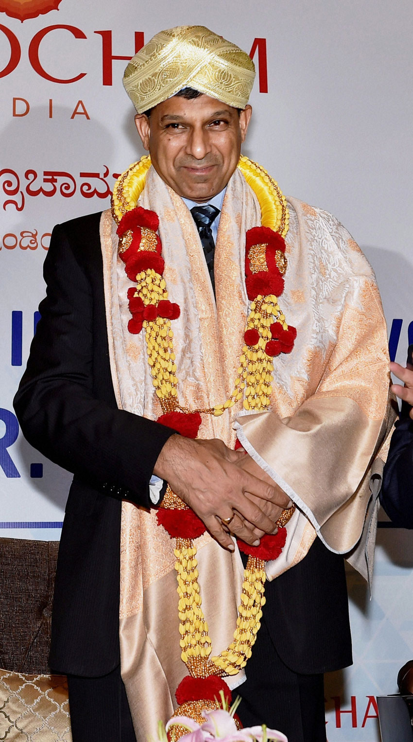 RBI Governor Dr. Raghuram Rajan wears a Mysore 'Peta' with garland and a shawl during an event organized by ASSOCHAM in Bengaluru, June 22. (Shailendra Bhojak | PTI)