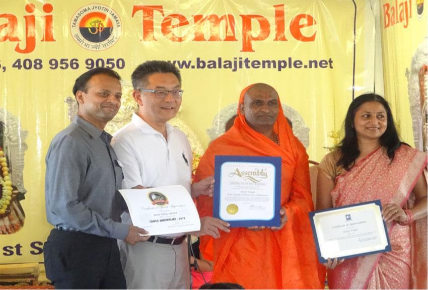 (L-r): Rishi Kumar, Kansen Chu and Cupertino Vice Mayor Savita Vaidhyanathan  presenting appreciation plaques to Narayananda Swami.