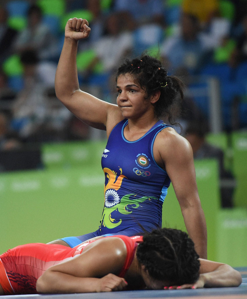 India's Sakshi Malik (Blue) trounced Mangolia's Orkhon Purevdorg 12-3 in Repechage round to advance to bronze medal play-off in Rio Olympics, Aug. 17. (Atul Yadav | PTI)