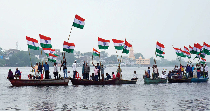 Fishermen community taking out 'Tiranga Yatra' on boats in Lower Lake to mark 70th Independence day in Bhopal, Madhya Pradesh, Aug. 15. (Press Trust of India)
