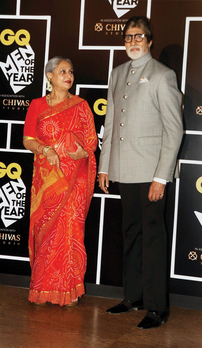 """Amitabh Bachchan, (r), with his wife and """"Chupke Chupke"""" co-star Jaya Bhaduri Bachchan at the GQ India 'Men of the Year Awards 2016,' in Mumbai, Sept. 27. (Press Trust of India)"""