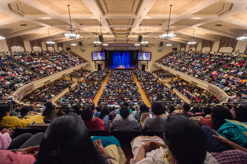 Nearly 3,000 followers filled the auditorium to listen to Sadhguru in Silicon Valley.