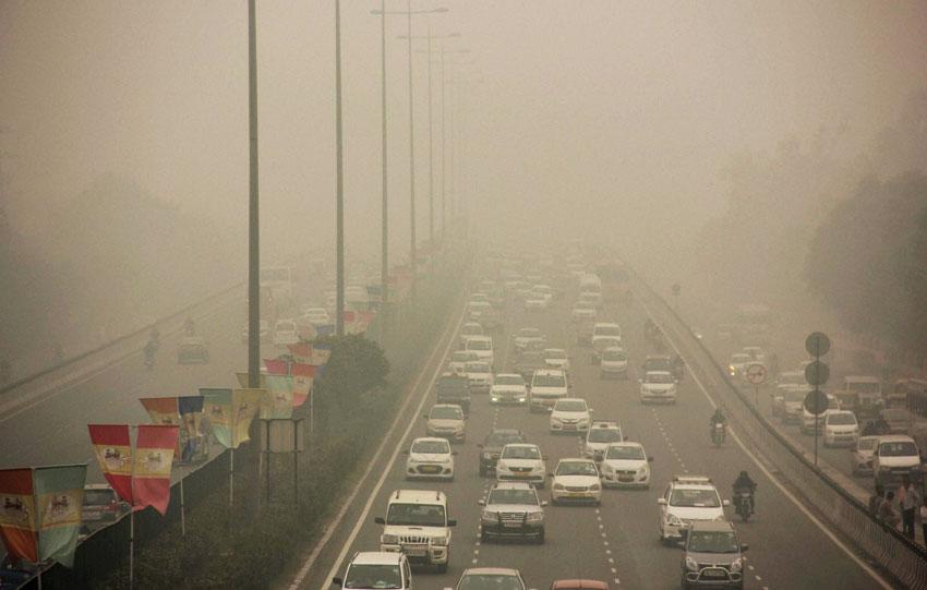 Vehicles ply on Gurgaon-Delhi Expressway through dense smog in Gurgaon, Nov. 2. (Press Trust of India)