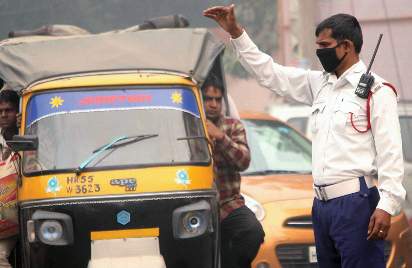 A traffic policeman wears a pollution mask due to smog and air pollution in Gurgaon, Nov. 2. (Press Trust of India)