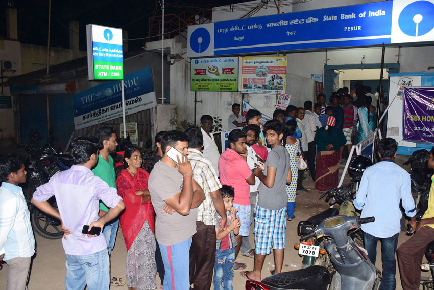 People crowd at the ATM to withdraw cash in Coimbatore, Nov. 8. (Press Trust of India)
