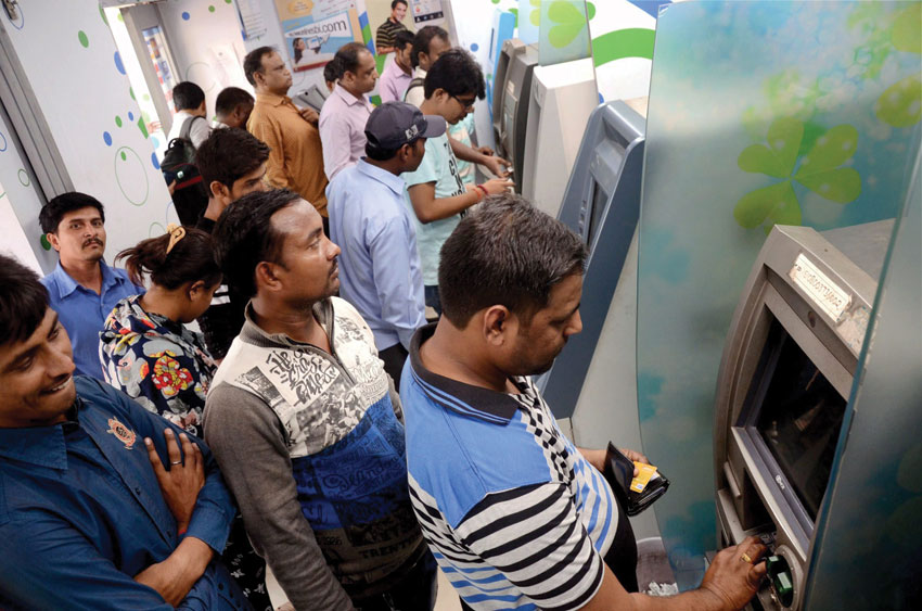 People line up to withdraw cash from an ATM on payday in Navi Mumbai, Dec. 1. (Press Trust of India)